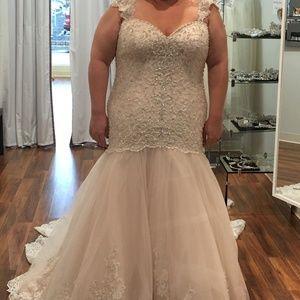 Allure Never Worn Wedding Dress-Plus Size 26